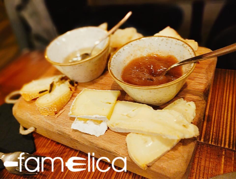 tagliere di formaggi con confettura e miele - numbs le bistro
